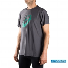 Asics camiseta Graphic SS Top Dark Grey Jungle Green Gris Verde Running Essentials Hombre